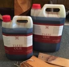 Tjæreolie til vedligeholdelse af træ udendørs.