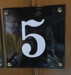 Emaljeskilt sort med hvidt tal uden ramme størrelse 10 x 10 cm
