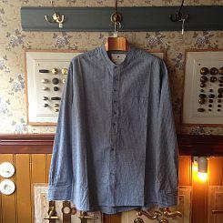 Mellemblå skjorte med lyse striber