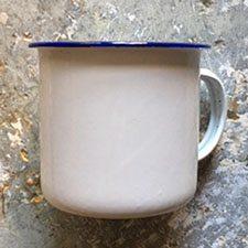 Emaljekrus i hvid emalje med blå kant. Praktisk til bål, sommerhus eller udeliv