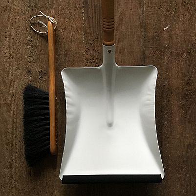 Fejeblad hvidt metal med sort fejeliste og håndkost fra Blindes arbejde