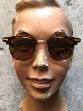 Solbriller på ansigt