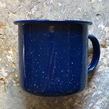 Krus i emalje. Meleret koboltblå praktisk til bål, sommerhus og udeliv