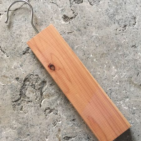 Cedertræsklods på bøjle