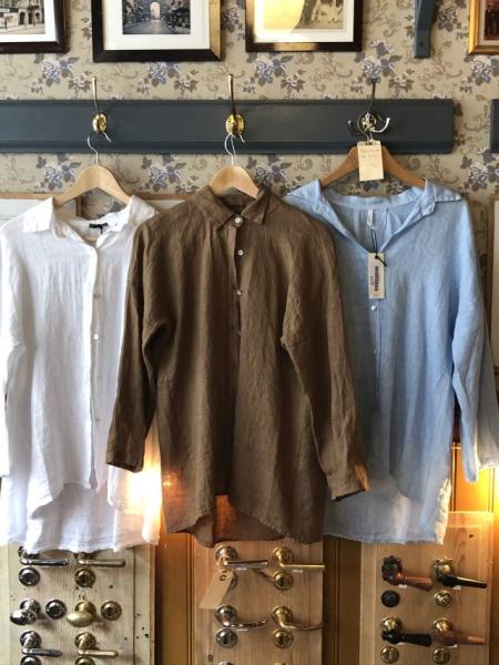 Hørskjorter i hvid, lysblå eller brun