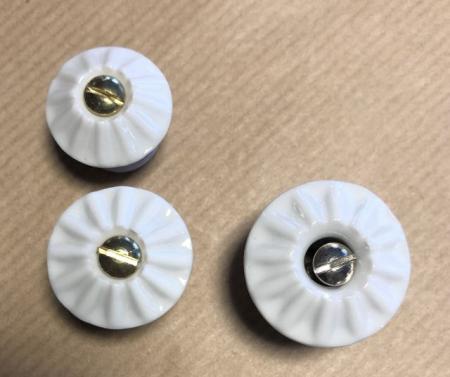 Hvide porcelænsknopper med skrue